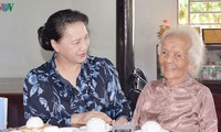 Presidenta del Parlamento de Vietnam entrega regalos a familias meritorias de Ba Ria-Vung Tau