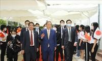 Suga Yoshihide se reúne con estudiantes de la Universidad Vietnam-Japón