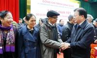 Dirigentes vietnamitas entregan regalos a los más necesitados en ocasión del Año Nuevo Lunar
