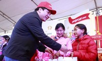 Entrega de regalos del Tet a las minorías étnicas de Lao Cai