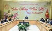 Primer ministro vietnamita urge a cumplir con las responsabilidades en el primer día laboral después del Tet