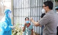 El viceprimer ministro examina trabajo antiepidémico en Binh Duong