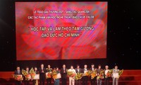พิธีมอบรางวัลงานเขียนเกี่ยวกับการศึกษาและปฏิบัติตามแบบอย่างคุณธรรมของประธานโฮจิมินห์