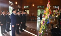 นายกรัฐมนตรีเดินทางไปจุดธูปรำลึกประธานโฮจิมินห์
