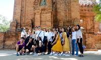 คณะเยาวชนเวียดนามโพ้นทะเลศึกษาวัฒนธรรมชนเผ่าจามในจังหวัดนิงถ่วน