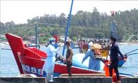 ชาวประมง 4 คนบนเรือประมงที่ถูกชนอับปางในเขตทะเลของหมู่เกาะหว่างซาได้ขึ้นฝั่งอย่างปลอดภัย