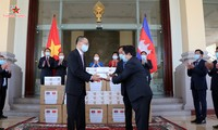 มอบอุปกรณ์การแพทย์ของสภาแห่งชาติเวียดนามให้แก่รัฐสภาและวุฒิสภากัมพูชา