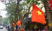 กรุงฮานอยเต็มสีสันของธงชาติและดอกไม้เพื่อฉลองการประชุมสมัชชาใหญ่พรรคคอมมิวนิสต์เวียดนามสมัยที่ 13