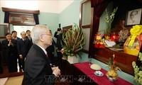เลขาธิการใหญ่พรรคฯ ประธานประเทศ เหงียนฟู้จ่อง ไปจุดธูปเพื่อรำลึกประธานโฮจิมินห์