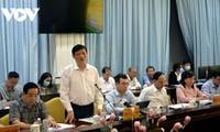 รัฐมนตรีว่าการกระทรวงสาธารณสุข เหงียนแทงลอง ตรวจสอบงานด้านการป้องกันและรับมือการแพร่ระบาดของโรคโควิด-19 ในจังหวัดหวิงลอง