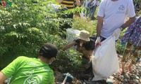 Volunteers clean up Long Bien bridge, Red River area