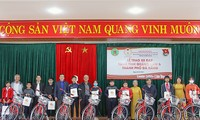 Former youth volunteers give bicycles to poor children in central region