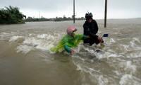 Vize-Staatspräsidentin Nguyen Thi Doan besucht die Bürger im Überschwemmungsgebiet