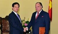 Premierminister Nguyen Tan Dung empfängt peruanischen Botschafter Carlos Berninzon