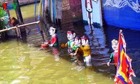 Einzigartiges und attraktives Wasserpuppentheater im Dorf Nguyen