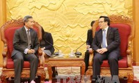 Leiter des Außenkomitees der KPV empfängt den Außenminister Singapurs