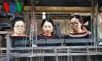 H'Yam Bkrong, die das traditionelle Weben der Ede aufbewahrt