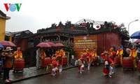 Zahlreiche Touristen besuchen die Städten und Provinzen Vietnams zum Neujahr