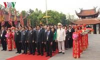 Feier zum Todestag des Landesvorfahren Lac Long Quan und Räucherstäbchengebet für Mutter Au Co