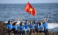 Vietnamesische Studenten mit dem Meer und den Insel des Vaterlandes 2017