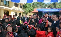 Vizeparlamentspräsidentin Tong Thi Phong besucht die Bewohner im Kreis Muong Nhe