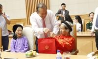 Vizepremierminister Truong Hoa Binh empfängt Vertreter der Familien der gefallenen Soldaten
