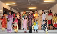 Modeschau für die Tracht Ao Dai beim vietnamesischen Familientag in Belgien