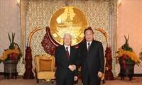 KPV-Generalsekretär Nguyen Phu Trong trifft den ehemaligen laotischen Generalsekretär und Staatspräsident Choumaly Sayasone
