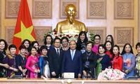 Premierminister Nguyen Xuan Phuc trifft vorbildliche Unternehmerinnen