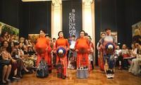 Vietnamesische Seidentracht Ao Dai wird in Russland vorgestellt