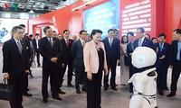 Parlamentspräsidentin Nguyen Thi Kim Ngan besucht das Ausstellungszentrum Zhong Guan Cun in China