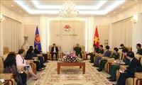 Verteidigungsminister Ngo Xuan Lich empfängt Delegation des ASEAN-Generalsekretärs