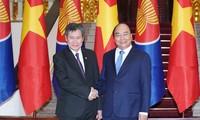 Premierminister Nguyen Xuan Phuc empfängt den ASEAN-Generalsekretär