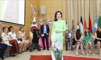 Eindrücke von der vietnamesischen Tracht Ao Dai bei internationalem Kulturfest in Südafrika