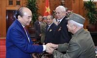 Premierminister Nguyen Xuan Phuc empfängt ehemalige Kriegsgefangenen der Stadt Hai Phong
