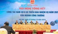 Premierminister Nguyen Xuan Phuc nimmt an Konferenz zu Aufgaben der Industrie- und Handelsbranche teil