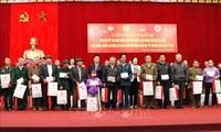 Vizepremierminister Vuong Dinh Hue überreicht Geschenke an Angehörigen ethnischer Minderheiten in Yen Bai