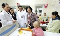 Leiterin der Zentralabteilung für Öffentlichkeitsarbeit besucht arme Krebs-Patienten