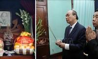 Premierminister Nguyen Xuan Phuc zündet Räucherstäbchen zum Gedenken an Präsident Ho Chi Minh an