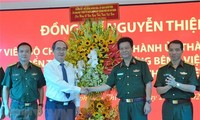 Leiter der Stadt Hanoi und Ho Chi Minh Stadt besuchen vorbildliche Ärzte und Krankenhäuser
