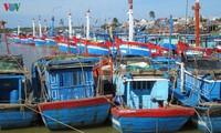 Fischer in Quang Ngai statten Boote mit Überwachungsgeräten aus