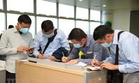 Covid-19: Reisende auf dem internationalen Flughafen Noi Bai in Vietnam werden strikt überprüft