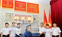 Malerin Nguyen Thu Thuy schenkt dem Marine-Oberkommando Bilder über Präsident Ho Chi Minh