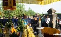 Parade mit Ao Dai ehrt König Nguyen Phuc Khoat
