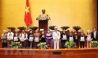 Parlamentspräsidentin Nguyen Thi Kim Ngan trifft 294 Vorbilder für Lernmodelle