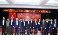 Premierminister Nguyen Xuan Phuc beglückwünscht ehemalige Partei- und Staatschefs in Zentralvietnam zum Neujahrsfest