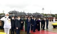 Spitzenpolitiker der Partei und des Staates besuchen das Ho Chi Minh-Mausoleum