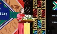 """Schriftsteller Y Ban hilft der Honorarkonsulin von Südafrika beim """"Schreiben von Träumen"""""""