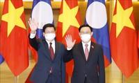 Parlamentspräsident Vuong Dinh Hue empfängt den laotischen Generalsekretär, Staatspräsidenten Thongloun Sisoulith