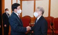 Laotischer Generalsekretär Sisoulith trifft ehemaligen KPV-Generalsekretär Nong Duc Manh